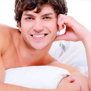 Chico sonriente tras un tratamiento de prostolane blanc
